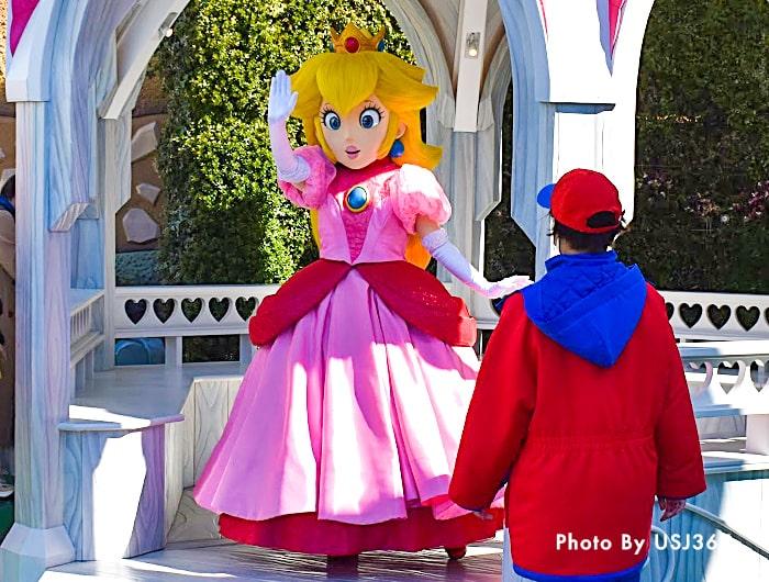手を振るピーチ姫